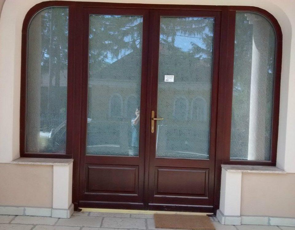 Mór műanyag bejárati ajtó, műanyag ajtó beépítés, műanyag ajtó fejér megye, műanyag ajtó beépítés fejér megye, ajtó csere, Mór ablakos, fa ajtó csere, Mór fa bejárati ajtó beépítés